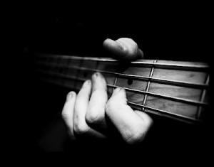tocando el bajo